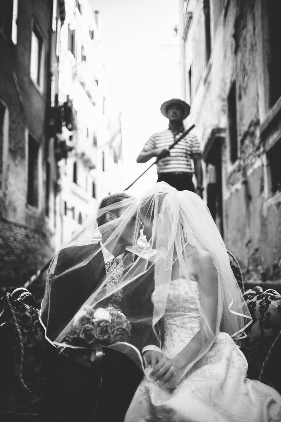 Venice wedding photographer – on the gondola